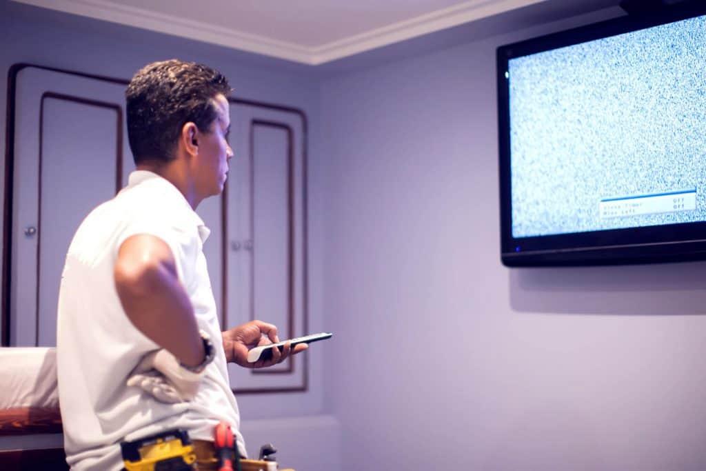תליית טלוויזיה על קיר