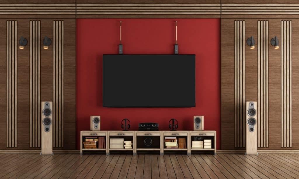 איזה מתקנים מציע המדריך לתליית טלוויזיה