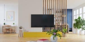 תליית טלויזיה על קיר עץ