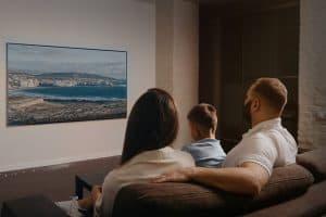 תליית טלויזיה על קיר בריקים